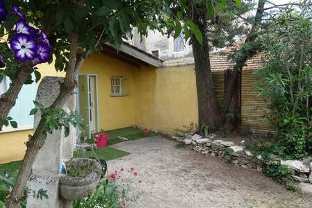 studio flat with garden and air conditioned - House
