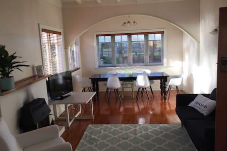 Stunning two bedrooms in handy loc! - Auckland