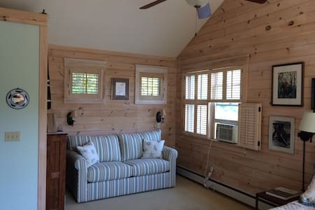 Boatbuilder's B & B South Bedroom - Newport - Bed & Breakfast