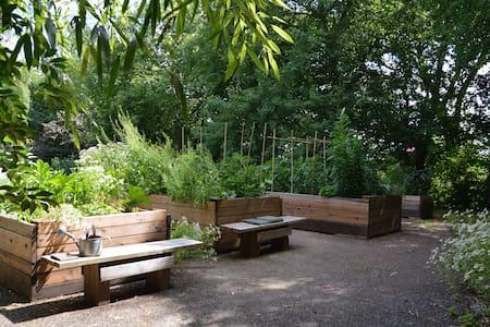 Dans un jardin anglais tout près de Limoges. - House