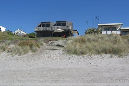 Kiripaka Beachfront Bach - Hus