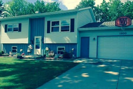 Quiet Home in Residential Neighborhood - House