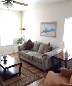 Sleep 6-8 in Spacious 3 Bedroom Town home, Wi-Fi - Adosado