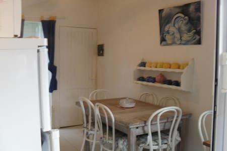 studio atypique ,indépendant,. - Apartment