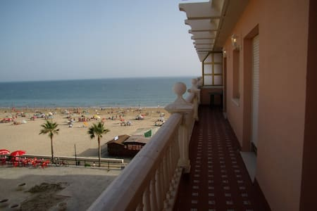 BEAUTIFUL 1 ª LINE BEACH APARTAMENT WITH PARKING - Rota - Lägenhet