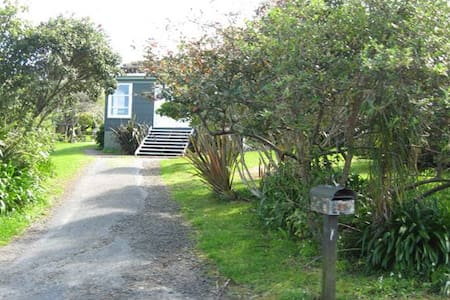 Cute 3 R cottage near the beach - Bethells Beach