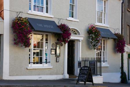 Howth Village Historic Townhouse Bed & Breakfast - Talo