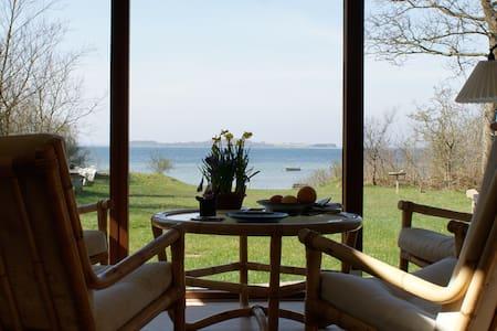Hyggeligt sommerhus i vandkanten - Casa de campo