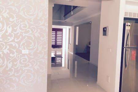 Beautiful Large Modern Home - Narre Warren