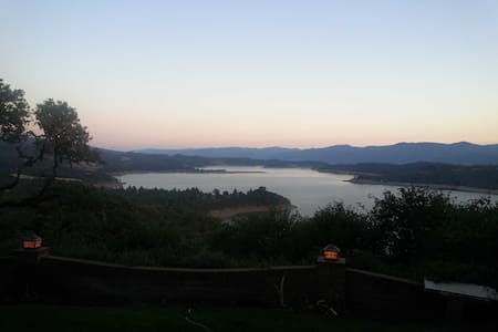 Quiet Lake View Vacation - Redwood Valley