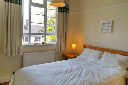 A double bedroom in a flat in Wimbledon - Apartment