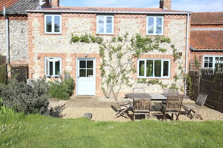 Spacious flint cottage close to the sea - Wiveton