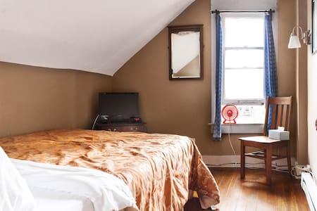 Quiet, Cozy Attic(with Garden View) - Columbus - Bed & Breakfast