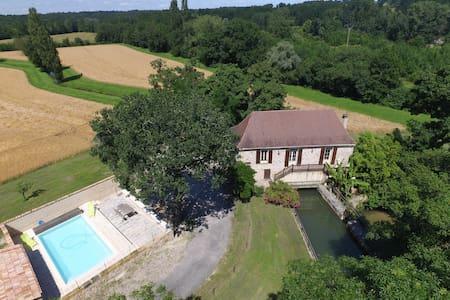 Moulin de caractère avec piscine - House