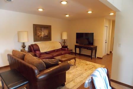Upgrades Galore! Contemporary Executive Suite - Niagara Falls - Appartement