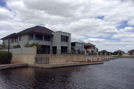 Lake Mansion - Rumah