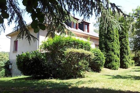 Etage maison idéal famille ou amis - Golinhac - Huis