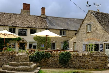 The Plough Inn, Kelmscott - Kelmscott - Bed & Breakfast