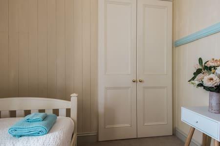 Colonial Cottage - Bed & Breakfast - Petrie Terrace - Bed & Breakfast