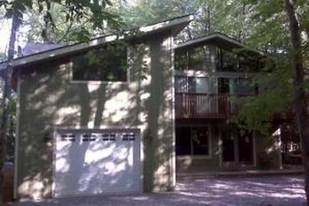 Pocono Getaway in Lake Naomi - Haus