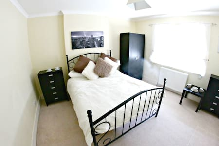 Beautiful Room in Rayleigh near train station - House