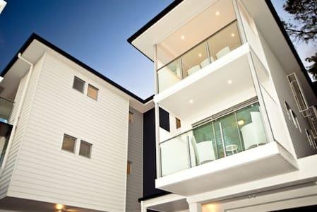 Modern 3 lvl townhouse! - Haus