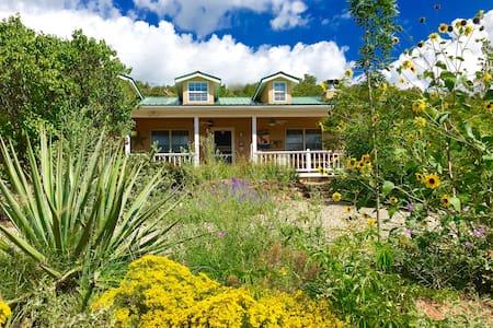 "Brinkley House ""King Bed"" at Sunny Mellow Villa - Tijeras"
