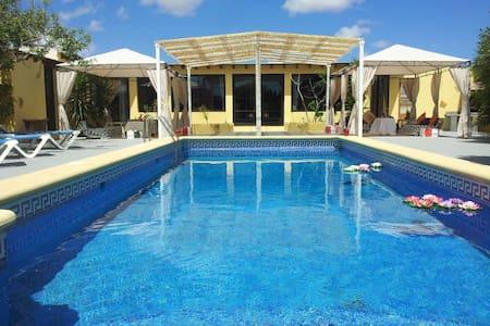 Preciosa villa con piscina - Casa