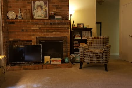Charming and Comfortable 2BR/2BA Apartment - Chapel Hill - Apartment