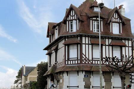 2 pièces cosy à 2 pas place Morny (hypercentre) - Deauville