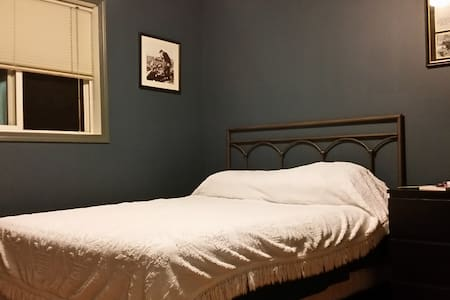Queen bed in clean, friendly, welcoming home - Calgary