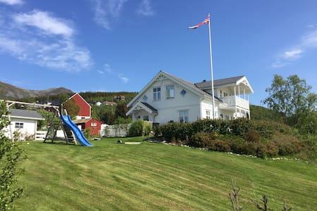 Hus ved sjøen i vakre Vesterålen - Dom