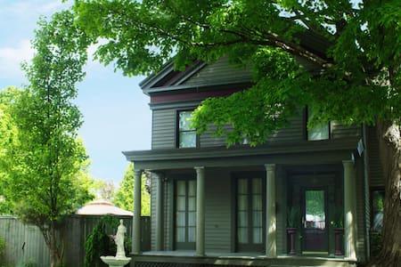 Historic Hideaway - Queen Bed - Saratoga Springs