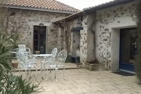 Chambres d'hôtes LE CHIRONET - La Limouzinière - House