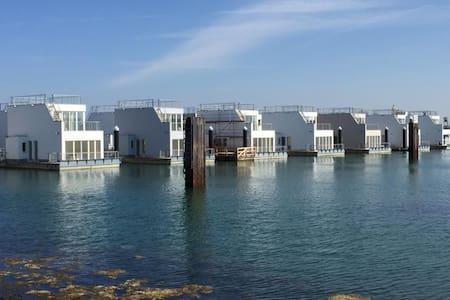 Schwimmendes Ferienhaus/ Hausboot/ Floating Home - Kappeln