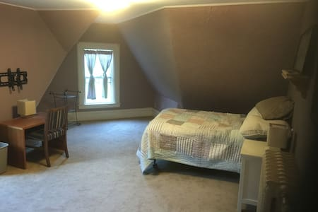 Large room in Victorian home. - Malden - House