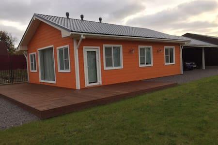 Уютное шале на берегу озера с полем - Ленинское - Huis