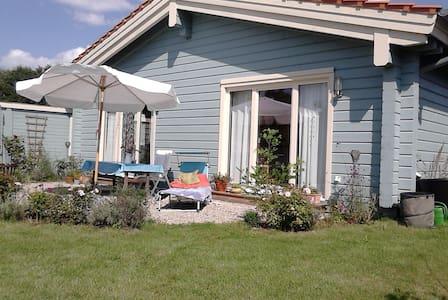 Neu erbautes Holzhaus mit Bauwagen - Casa