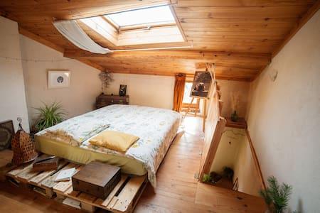 Maison chaleureuse et atypique - Brenac