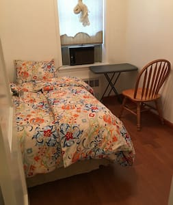 Cosy small room 35 min to Manhattan in safe area - Townhouse