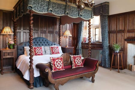 Grand Luxury Suite. Emperor Bed with Large Ensuite - Christow