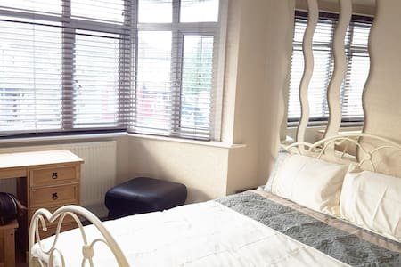 Spacious delightful room, King-size - Wembley - Pis