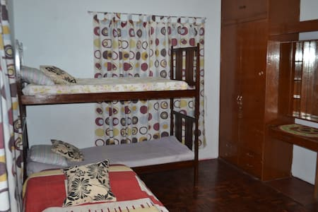Room For Rent with 3 beds - Las Pinas  - Casa