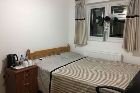 Beautiful Double Bed Room in Barnet with Parking - House