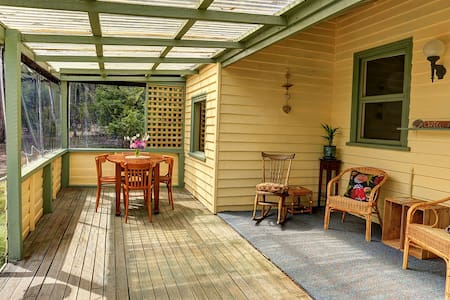 Broadwater Cottage, Waterfront old world charm. - South Bruny - Talo