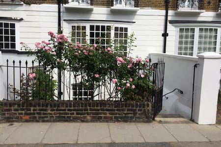 Pretty cottage use of garden - London - House