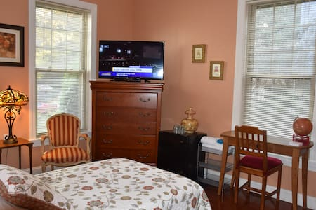 Private room in downtown Stamford - Stamford
