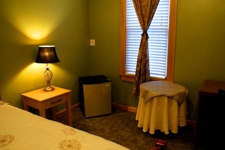 Private bath and off street parking - Somerville - House