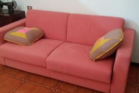 Divano letto matrimoniale e cucina - Montichiari, Lombardia, IT