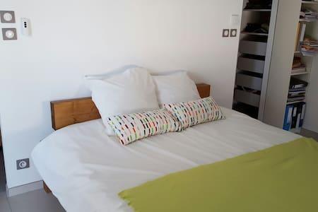 Chambre contemporaine avec terrasse - Teyran - Bed & Breakfast